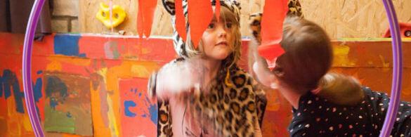 Zwei verkleidete Kinder. Ein Kind ist als kleiner Leopard verkleidet.