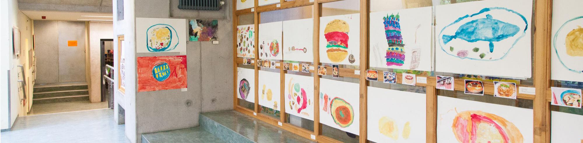 Elterncafe der Kita Maris. Vieel getuschte Bilder hängen an der Wand-