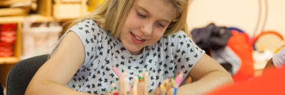 Ein Kind malt am Tisch
