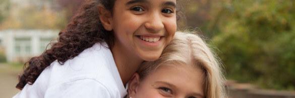 Zwei Kinder lächeln in die Kamera
