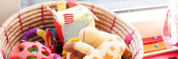 ein korb voller spielsachen für babies