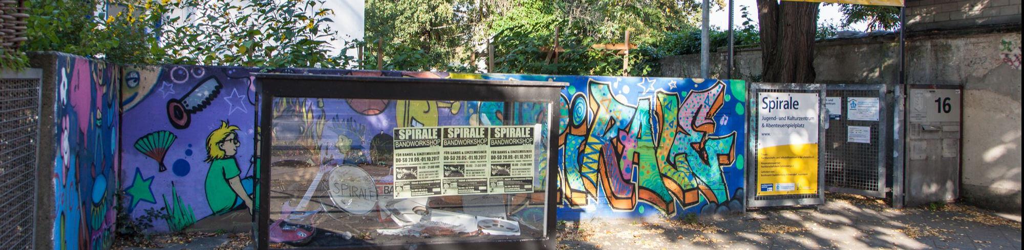 Der Eingang der Spirale mit buntem Grafitti