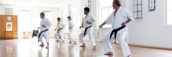Eine Gruppe übt Karate Kata