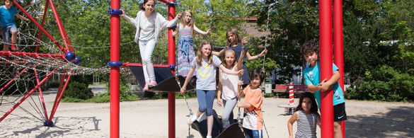Kinder auf Klettergerüst