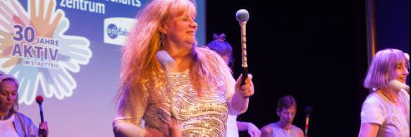 Eine Trommlerin genießt den Rhytmus des Sambas