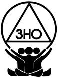 Das Logo vvon 3HO-Yoga. drei schwarze Silhoutten halten ein Kreis in dem 3HO steht.