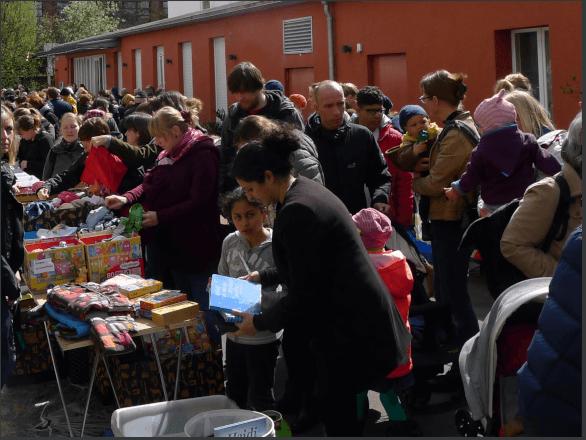 Menschen auf einem belebten Trödelmarkt