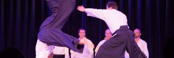 Aikidogruppe führt auf der Bühne eine Choegraphie vor.