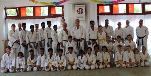 Große Gruppe. Die Menschen tragen weiße Karateanzüge