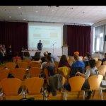 Ein Konferenz Raum mit Stühlen, Publikum und Leinwand
