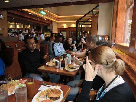 Die Teilnehmenden in einem Restaurant