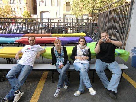 Teilnehmer*innen entspannen sich auf einer Bank