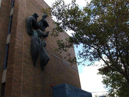 Ein Gebäude aus Backsteinen mit Skulpturen an der Wand