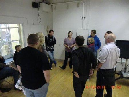 Gruppenaktivität. Menschen stehen im Kreis