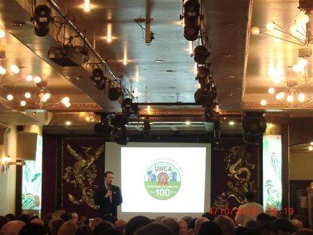 Konferenzraum mit vielen goldenen Lampen an der Decke
