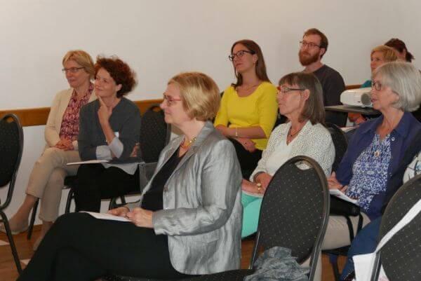 Mehrere Gäste sitzen im Publikum
