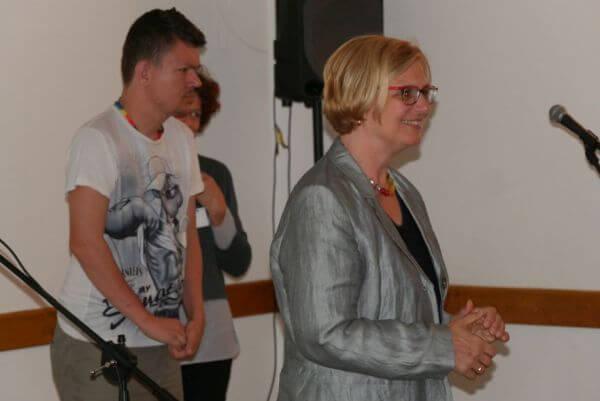 Bezirksbürgermeisterin Angelika Schöttler spricht am Mikrofon