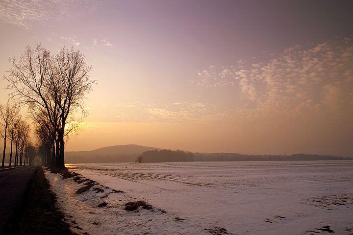 Eine wunderschöne Winterlandschaft im Morgenrot