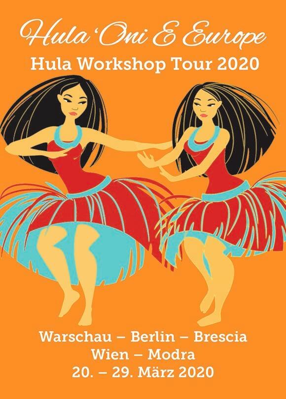 Ein Flyer in Orange. Zwei Hula Tänzerinnen tanzen. Sie haben lange, schwarze Haare. Ihre Röcke sind rot und grün.